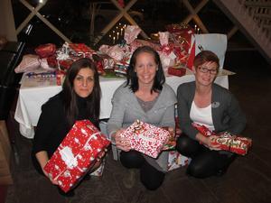 Glada över att så många julklappar lämnats in på Galaxen är Diana Xhemshiti, Martina Bergman och Helen Östergren. På tisdag är sista dagen julklappar kan lämnas in där.