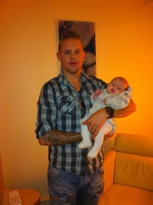 TV-SPELARE. Johan Gustavsson från Tierp med dottern Moa i famnen.