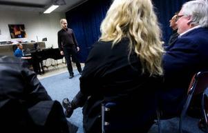 Från hårdrock till opera. Peter Mellgren har gjort en lång musikalisk resa från debuten som 14-åring till dagens studier vid konservatoriet i Trondheim. I går provsjöng han för en roll i Trollflöjten. Foto: Håkan Luthman