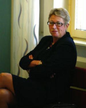 Kammaråklagare Lisa Eriksson yrkar på tio års fängelse för mord, trots gärningsmannens höga ålder och oklarheter kring motivet.