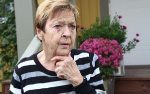 Berit Patriksson är blåslagen i ansiktet efter att ha ramlat. Hon tycker det är fel att patienter som bor långt från lasarettet får tider tidigt på morgonen. Foto: Eva Högkvist