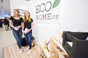 Moa Hjalmarsson och Hanna Söderberg driver Eco Home UF ihop. De säljer bland annat ekologiska doftljus och choklad.