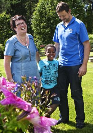 I dag reser Åsa och Nicklas Björk tillsammans med sonen Oskar till Sydafrika för att träffa familjens fjärde, och mycket efterlängtade, medlem för första gången. Oskar tycker att det ska bli kul att bli storebror och har lovat att lära brorsan allt han kan.
