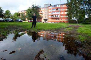 Tommy Granlind och hans grannar på Hagalundshuset är arga över hur det ser ut på gräset utanför deras hus.