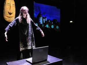 Spår av nutid i Höghammarelevernas Don Quijote: en laptop.