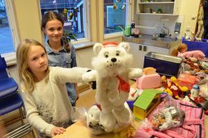 Loppisbord. Nelly Wilhelmsson och Nova Cederborg turas om med sina klasskamrater att stå vid loppisbordet.