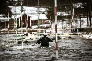 Den är nollgradigt i luften den här dagen – men Isak Öhrström säger sig föredra paddling i kyla före exempelvis skidåkning.
