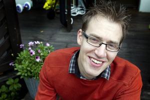 Mångsysslare. Mikael Maad jobbar som it-support på Sandvik, skriver filmrecensioner, romaner och gör stand-up-uppträdanden.
