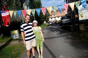 Pastor Richard Ahlberg och församlingsmedlemmen Irene Hedin hade mycket att stå i under Betelkyrkans öppet hus-dag.  Foto: Lars-Eje Lyrefelt