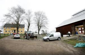 När Marianne Olsson och Christer Wallgren fick nej till att ställa baracker på gården placerades de i stället på den kulturmärkta logen. Både logportarna och uppkörsbron finns kvar.