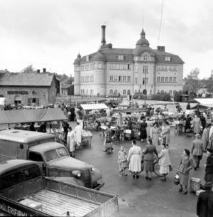 Debatten rasade inför rivningen av det gamla badhuset i Falun från 1910. 6 000 namn skrevs på en protestlista. Men protesterna var förgäves – och 1972 revs den pampiga jugendbyggnaden.