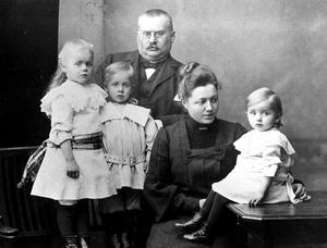 Klara Lindh och maken Karl Magnus fick tre barn: Greta, Gunnar och Karin.– När Klara Lindh dött dröjde det inte många år innan även hennes man avled. Han hämtade sig aldrig efter hennes död, säger barnbarnsbarnet Eva Ahlkvist.