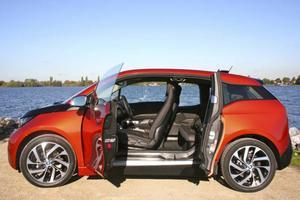 BMW i3 har ingen mittstolpe och det är bekvämt att ta sig in i baksätet.