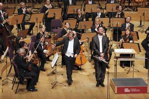 Dirigenten Jaime Martín, solisten Gabor Boldoczki och Gävlesymfonikerna tackar den jublande publiken i Shanghai Symphony Hall.