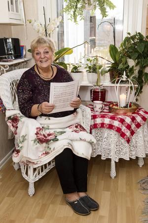 I favoritfåtöljen blir det några timmar per år för Marianne Lindström, när hon ska lära sig sångtexterna.