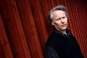 Stark författare. Klas Östergren har skrivit en vindlande och vidunderlig roman som också är en uppgörelse med det egna författarskapet.