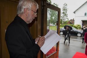 Mats Söderqvist från Kilafors Kammarmusikförening prickade av gästerna på slutet av röda mattan.