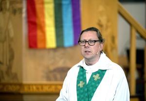Kyrkoherden Stefan Andersson inledde Sundsvall Pride 2016 med regnbågsmässa i GA-kyrkan.