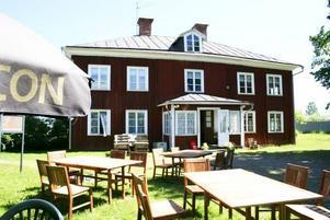"""SOMMARÖPPET. Krögaren Anna-Karin Alm har öppnat sommarservering i Wirenska gården. Huset som tidigare stått helt tomt är inrett med möbler från Hoforsbon Anita Näslunds affär """"Allt i Begagnat"""". Det mesta har därför en prislapp och går att köpa. """"Redan har två kökssoffor gått och då fick vi hitta på nya möbler att ställa där"""", säger Anna-Karin Alm."""