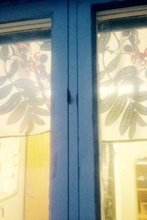 Fönstret som bröts upp vid inbrottet hos Stigs Maskin.