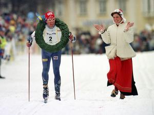 1999 vann Staffan Larsson Vasaloppet och applåderas här av kranskullan Maria Wiik.