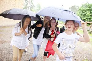 Maja Henriksson, Malin Jonsson, Frida Andersson, Linus Persson och Emilia Aaltonen räddade sig undan regnet.