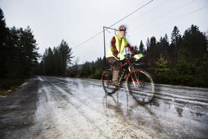 Den isiga vintern skrämmer inte Anders Nyström som tar sig fram på blankisen med dubbdäck på sin cykel.