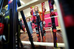 Bytesmarknaden öppnade för utrustning till lägre priser. Lotta Bågling med dottern Felicia letade rätt på ett par passande skidor.Foto: Håkan Luthman