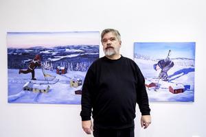 Olof Astrup Hällqvist framför målningarna