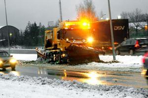 Plogbilen fastnade mellan körfälten på riksväg 68 i Fagersta.