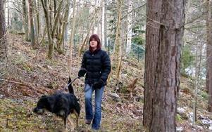 Ulla Larsson tog med sig sin hund i sökandet.FOTO: ANDERS BJÖRKLUND