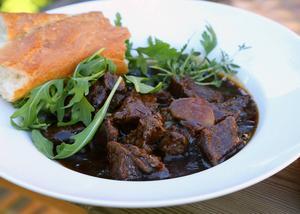 Mustig köttgryta på mörad högrev, vin, lök och rotsaker både värmer och mättar i höstmörkret.
