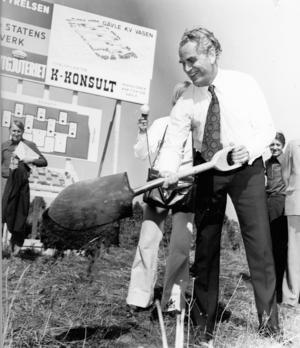 Civilminister Svante Lundkvist tog det första högtidliga spadtaget för bygget av Lantmäteriet i Gävle.