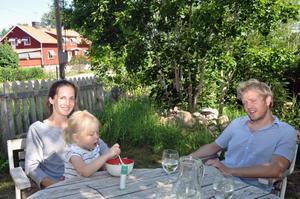 KOMMER  TILL BANGEN. Jon Fält och hans sambo Lisa Rydberg, och deras dotter Linnea, släcker törsten i sommarvärmen.