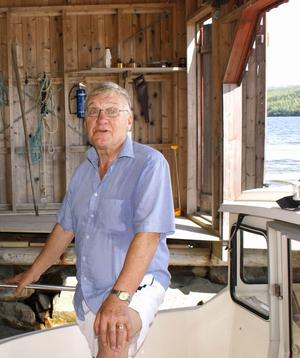 Bo G Hall är emellanåt guide på Ådalen III. När båten passerar Sannasundet kan det hända att den avger signal som tack.