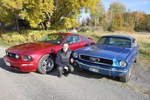 Janne Eriksson, Gillsta Hackås, flankerad av sina Ford Mustanger, den röda av 2006 års modell och den blå av 1966 års modell.