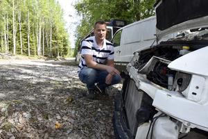 Miljöinspektör Andreas Ödling vid en av många skrotbilar i kommunen.