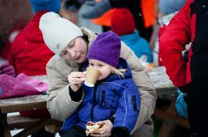 Elsa Axelsson, två år, hade mamma Patricia Axelsson och resten av familjen med sig till Sportfältet.
