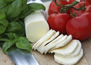 Caprese är en italiensk förrätt som i princip består av tre ingredienser, färsk basilika, mozzarella och mogna tomater. Lägg till olivolja och svartpeppar och rätten är klar att servera. Perfekt som förrätt eller som tillbehör till pastan.