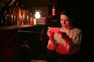 Magiska bilder. Maria Larsson (Maria Heiskanen) framkallar ett ögonblick av liv.