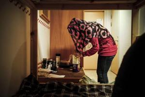 Husliga Nour fixar med kaffe till två kaffesugna reportrar. Foto: Susanne Kvarnlöf