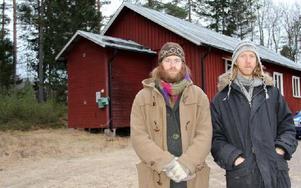 Johan Järlind (t v) och Richard Nöjd, Skattungbyns kulturförening, känner sig husvilla sedan jordägarna beslutade att Folkets Hus i Skattungbyn ska överföras till en rågångsgranne. De ifrågasätter också om systemet med jordägare fungerar så bra i dagens samhälle med många delägare bosatta platser långt från byn. Foto: Eric Salomonsson