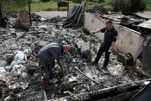 Letar i brandresterna. Polisens tekniker och personal från räddningstjänsten genomförde på tisdagen förra veckan en brandteknisk undersökning för att försöka fastställa brandorsaken vid den våldsamma branden i Flatenberg.