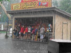 Svensk sommar? Såhär såg det ut i Furuviksparken på tisdagen när regnet överraskade.