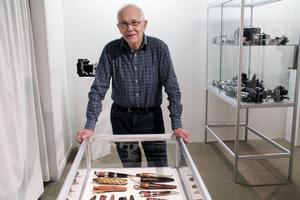 Roger Persson samlade på knivar under 1970- och 80-talen. Ett 30-tal av 40-50 finns med. Han blev först intresserad av en annan kniv-samlares samling.
