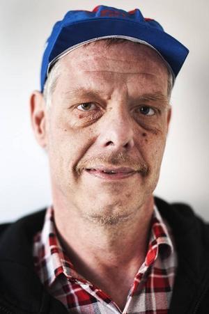 Ronny Evertsson, började på Barda 2008.Man får lära sig mycket genom teatern, att stå på scenen och koncentrera sig till exempel. Det svåraste är den första repliken.