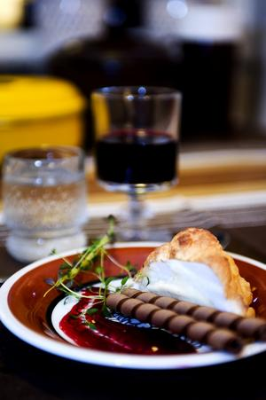 Glace au four. (4 portioner) En rätt som tenderar att smaka mycket ägg. Kan med fördel piffas upp med exempelvis chokladglass i stället för vaniljglass för att få mer smak Det här behöver vi: 1 sockerkaksbotten, färdigköpt eller hemgjord, 0,5 l glass, vanilj enligt originalreceptet, 3 äggvitor, 3 msk socker. Maräng, gör så här: Vispa äggen hårt. Vänd i sockret. Hallonsås, det här behöver du: 2 dl hallon, 0,5 dl socker, 1 tsk vaniljsocker, eventuellt timjan. Gör så här: Koka ihop hallon, socker, vaniljsocker och eventuellt timjan. Mixa. Glace au four, gör så här: Stansa ut sockerkakan med exempelvis ett glas. Lägg på glass. Täck alltihopa med marängen, det är viktigt att allt täcks så att värmen inte når glassen inuti. Sätt in i ugnen på 275 grader i någon minut tills marängen fått en guldbrun färg. Den får inte bli för bränd. Servera med hallonsås Foto:Karin Rickardsson
