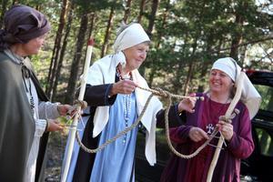 Sammanbundet. Majvor Rossander knöt samman ett rep som symboliserade att Gästrikland och Hälsingland förenats genom Helgonleden. Helena Wigert och Marie Söderlund bredvid.