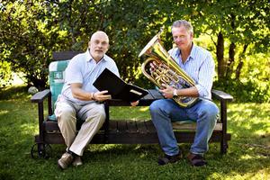 Mats Nilsson med partituret och Mikael Carlsson med sitt eufonium. Den 23 oktober            uruppförs verket Eufonium Carneval i Konserthuset i Gävle.