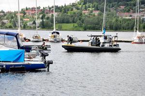 Räddningstjänsten var ute med räddningsbåten vid hamnen.